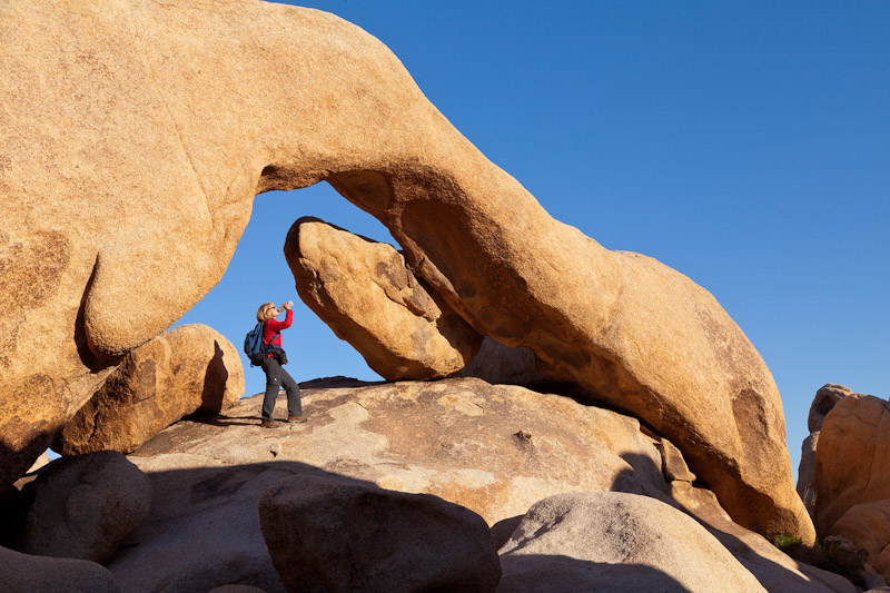 Woman under Arch Rock, Joshua Tree National Parik